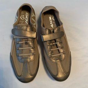 DKNY GRAY / SILVER WOMENS SNEAKERS SIZE 8